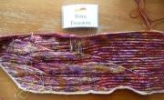 """Petra Feurstein strickt mit einem Farbverlaufsgarn mit ganz kurzem Farbverlauf und für die Ruhe in den Furchen mit dem unifarbenen Seidengarn """"Yaipur Silk Fino"""""""