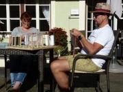 Karin Busche und Thomas Klöppinger strickrauschen ganz entspannt auf der sonnigen Terrasse